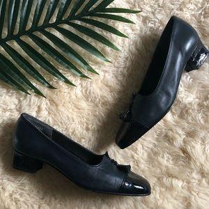 Vintage navy leather heels 🍃